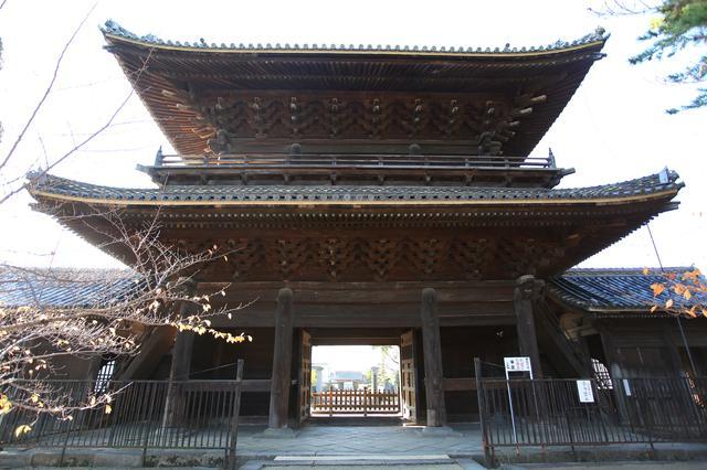 画像: この山門の奥に総門、さらには小さく、岡崎城まで見えるように作られているんだとか。