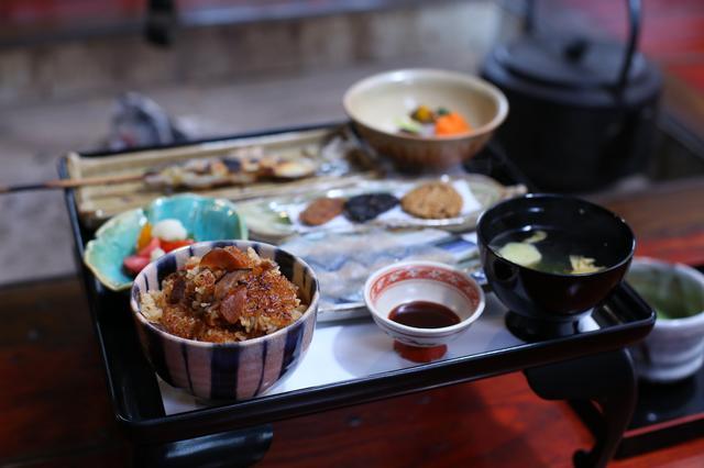 画像: お茶碗に入ったのが、通称「ゴモ」。おこげまで美味しくて、何度でもおかわりしたい味!