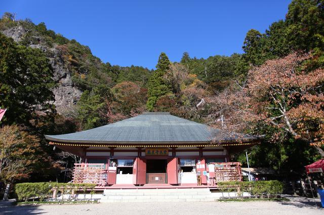 画像: 鳳来寺。お寺の反対側には見晴らし台もあり、雄大な景色が楽しめます
