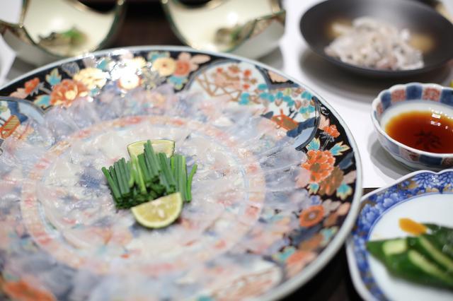 画像: てっさの新鮮さはもちろん、豪華なお皿もお見事!