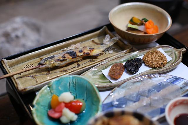画像: たくさんのお惣菜を少しずついただけるお昼のセット。