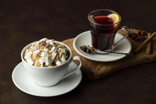 画像: ■「マシュマロボール」:1,100円  (写真左) 暖かいホットチョコレートに、たっぷり乗せたマシュマロとサクッとしたフレークの食感が楽しめる一品。スイーツ感覚でも頂ける、甘いものが好きな方にはたまらないホットドリンクです。 ■「ヴァンショー」:900円  (写真右) ※アルコール飲料 フランスでは冬の定番ドリンクであるホットワイン。 オレンジやスパイスのフレーバーと共に味わう、冬にぴったりなドリンクです。