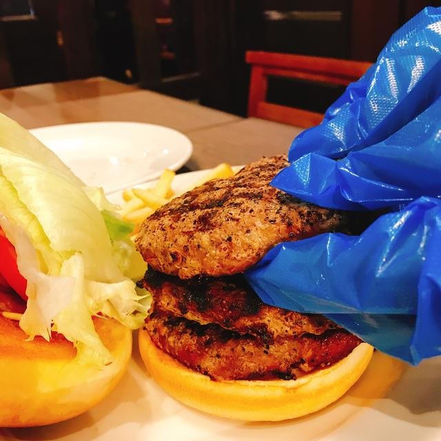 画像: 手袋をして自分でハンバーガーを作ります。ここでのポイントは、パテが反って場合はその面を下に、かぶせるようにバンズにのせます。