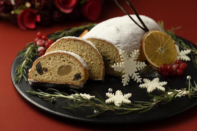 画像: ■「シュトレン」 : 500円 ドイツではクリスマスの定番ケーキであるシュトレン。 発酵生地には黒糖でコクを出し、ドライフルーツとナッツをたっぷり散りばめ、アーモンド香るローマジパンを中央に包み込みました。