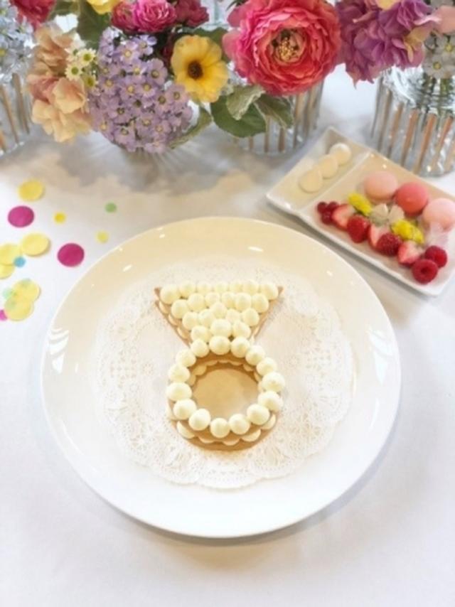 画像: <トッピング前の指輪ケーキ>