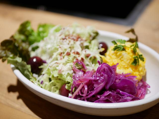 画像: 多くの種類をお皿に盛って…サラダバーからチョイス