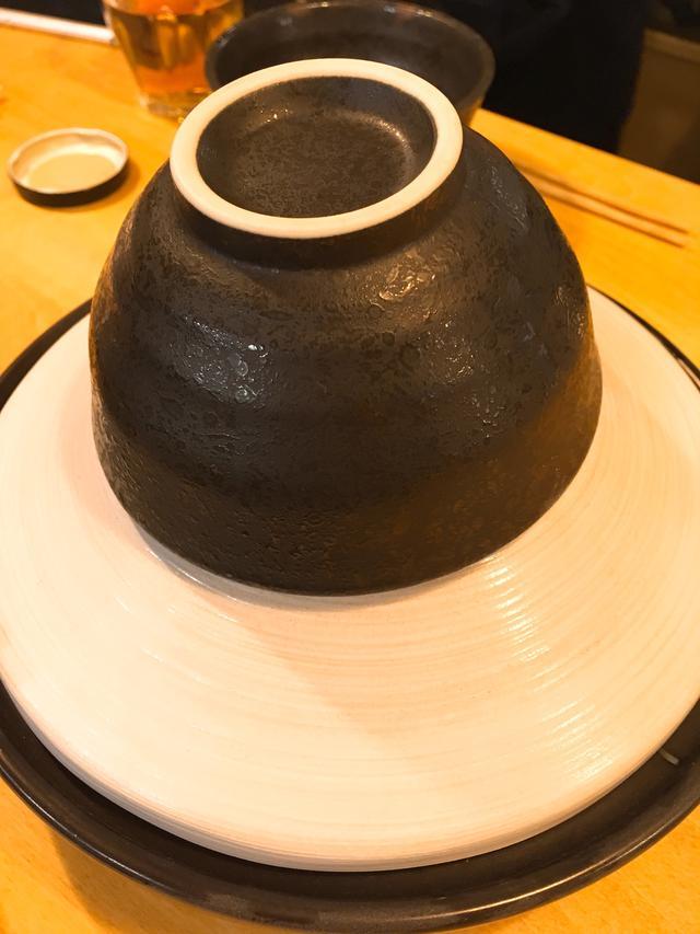 画像: タジン鍋にお茶碗が乗った状態で登場します