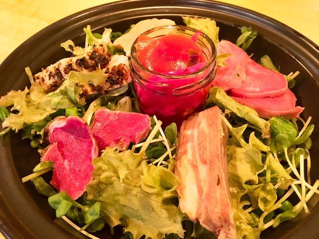 画像: タジン鍋の中にはお肉の前菜がたっぷり!