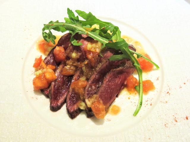 画像: ダチョウ肉のローストのカルパッチョとクスクスのサラダ