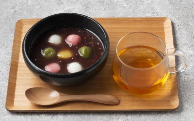 画像: 「三色白玉ぜんざい」単品 700円 / ほうじ茶セット 950円 北海道産あずきを使ったぜんざいに白、紅、抹茶の三色の白玉と栗の甘露煮を彩りよくトッピング。