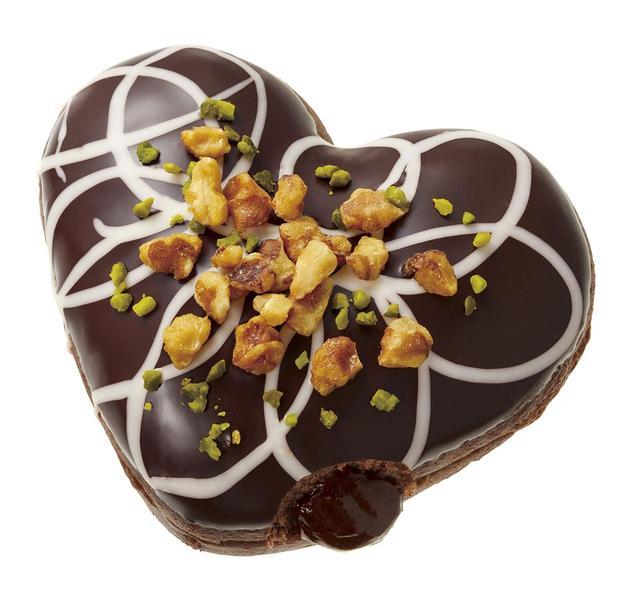 画像: 【販売期間】2019年1月9日(水)~2月中旬予定 【販売価格】230円(本体価格) 温めると、ほろ苦くなめらかなチョコクリームがとろ~りとろけるフォンダンドーナツ。 カカオ香る生地をビターチョコでつつみ、ミルキーなホワイトチョコで模様を描き、 香ばしいキャンディングクルミとグリーンのピスタチオで 鮮やかなアクセントを添えました。
