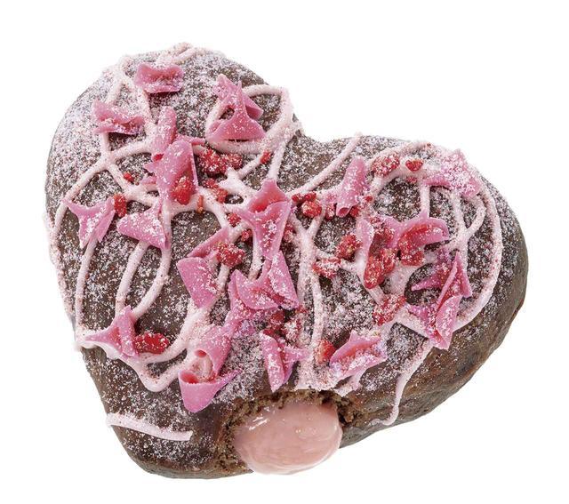 画像: 【販売期間】2019年1月9日(水)~2月中旬予定 【販売価格】230円(本体価格) 温めると、ジューシーな果汁入りストロベリークリームが とろ~りとろけるフォンダンドーナツ。 カカオ香る生地に甘酸っぱいストロベリーチョコで模様を描き、カールチョコと 真っ赤な苺の粒を飾り、苺シュガーで仕上げました