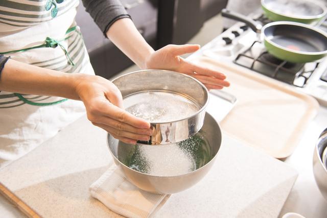 画像: ④紙のマフィン型に生地を8分目まで入れ180℃で予熱したオーブンで12分程表面が完全にふくれて乾くまで焼く。 型の紙をはずして皿に盛り、フルーツを飾り、粉糖をふって完成!