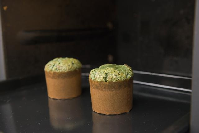 画像: ③1に少しずつ2を加えて混ぜる。薄力粉をふるいながら加え、ゴムベラでさっくりと混ぜ合わせる。