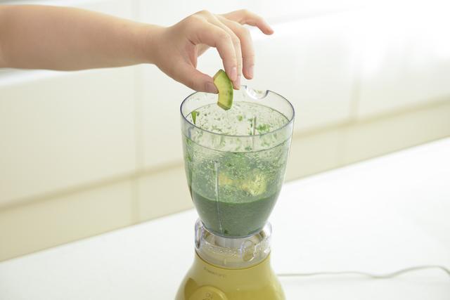 画像: ③さらにアボカドを加えて、再度ミキサーにかけます。果実感が残り飲み応えのあるスムージーになります。