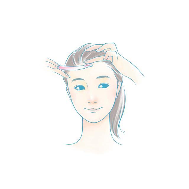 画像: 髪の生え際を1cmほど残して額の輪郭を剃り、後は眉に向かって下に沿っていきます。この時、眉の上も1cmほど残しましょう。 眉の下も上から下に向かって剃ります。