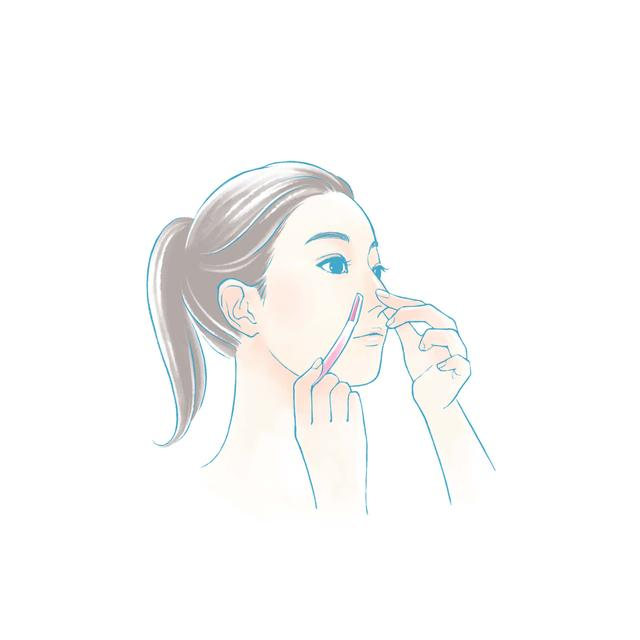 画像: 鼻筋は上から下へ、小鼻は横に倒しながら、鼻の丸みに沿って上から下に向けて剃っていきます。同様に、鼻の下も、唇に向かって上から下に剃ります。口角の付近は外側から内側に向かって剃っていきます。