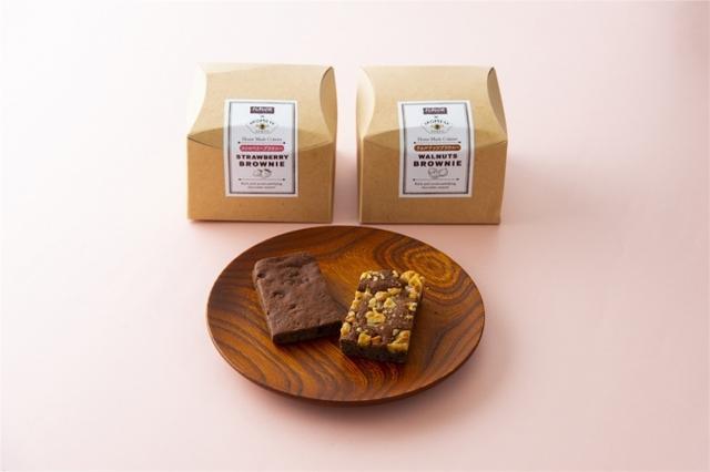 画像: 濃厚なコクと深みを味わう こだわりのチョコレートをベースに、大きくカットしたクルミ(ウォールナッツ)と、ストロベリーの2種類。ケーキを超える濃厚なコクと深み、クッキーにはないしっとり感が備わっているおいしさ。 FLAVOR×AKOMEYA ストロベリーブラウニー ¥1,000/ウォルナッツ ブラウニー ¥800