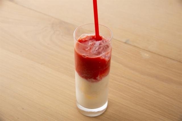 画像: 甘酒のまろやかな味わいにいちごのフレッシュさを 国産フレッシュ苺とクランベリーのジュースにやさしい甘みの甘酒ミルクを合わせた、身体にもうれしいドリンク。 甘酒いちごミルク (ノンアルコール) ¥680