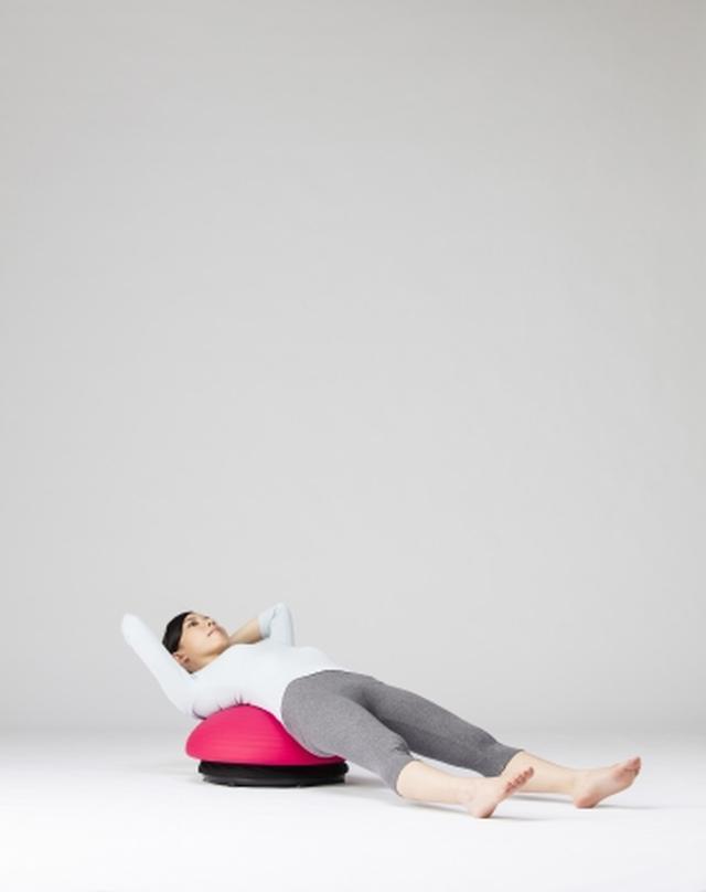 画像: 腕を頭の後ろに組み、 腰と背で乗る