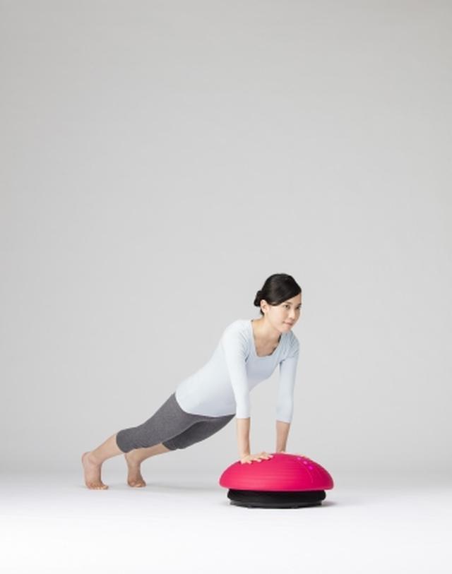 画像: 肘を伸ばして、腕立ての姿勢