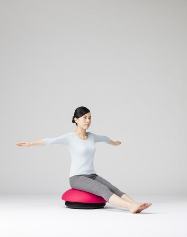 画像: 腕を広げ、足を床につける