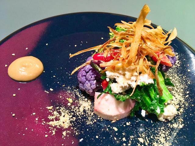 画像: こだわり野菜のサラダ 完全自然放牧乳のリコッタチーズ こんかイワシのクリームで
