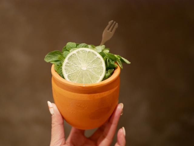 画像: 植木鉢に入ったテキーラカクテル!