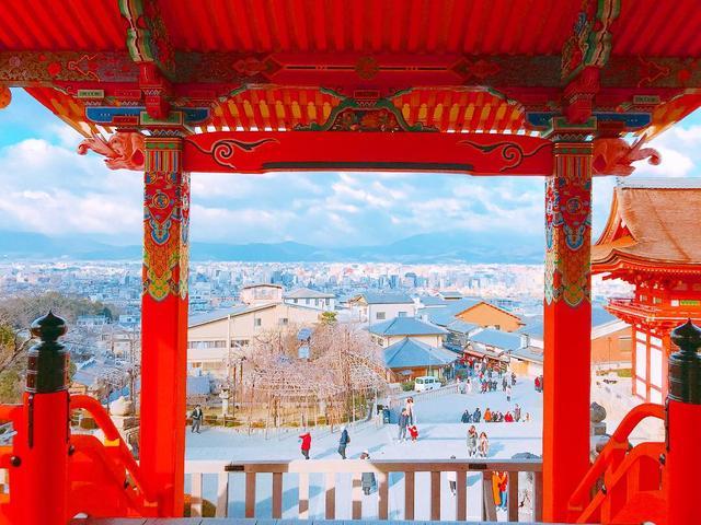 画像: かつては天皇の勅使だけが通行を許された正門、通常は柵が締められ中に入ることができない西門の中から、京都市の市街地(夜景)を眺望できます! ※ツアーの際には夜景となります