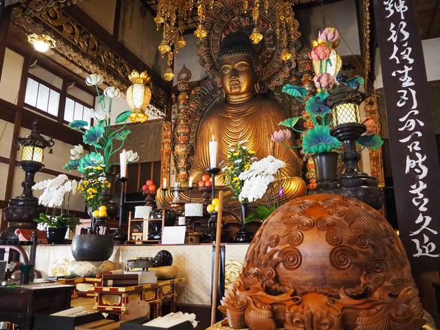 画像: 像高約 7.5m !京都では最大級の仏像だそう! 右に映っている大木魚は1本の木から作られた木魚の中で日本で2番目に大きいそう