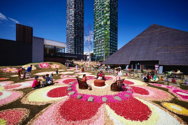 画像: 花びらで描かれた花景色「花咲くウェルカムコート」