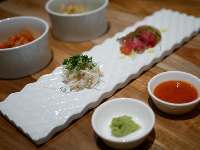 画像: お肉の前菜2種(白センマイ刺し・自家製もも肉の14日間塩漬け生ハム)