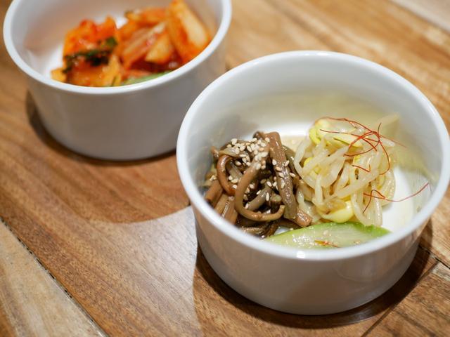 画像: キムチ3種盛り合わせ(白菜・カクテキ・オイキムチ)ナムル3種盛り合わせ(ゼンマイ・もやし・アスパラ)