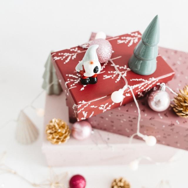 画像: シーズン的にクリスマスのギフトとして、または大切な方への特別なプレゼントに。 毎日を頑張る自分へのご褒美ギフトとしてもおすすめです。 もらったその日からすぐに使える、美顔器とコスメ5点(クレンジング・洗顔フォーム・拭き取り化粧水・美容液・クリーム乳液)セット。