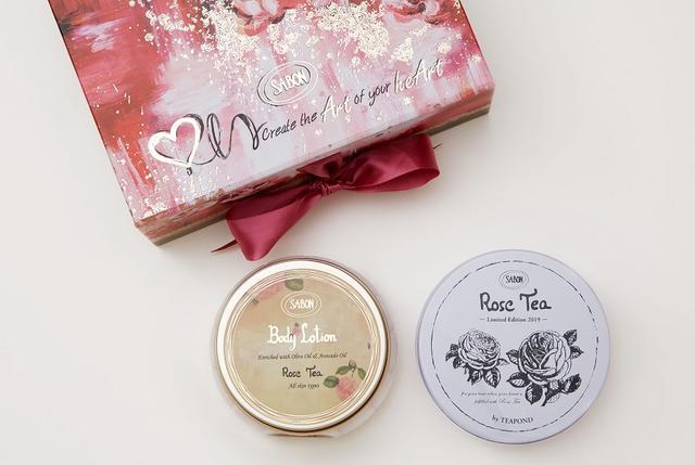 """画像: こだわりのフレーバーティーを提供する """"TEAPOND"""" と作った オリジナルの「 Rose Tea 」 今回のアフタヌーンティーでは、ご提供するお茶にもこだわりました。それは、まさに、このコレクションを表現した「Rose Tea」。 厳選された茶葉やフレーバーティーを提供している「TEAPOND」とコラボレーションしたオリジナルティーは、香りだけで心が潤うもの。コラボレーション缶の茶葉や、Rose Tea 商品とのキットも発売します。"""