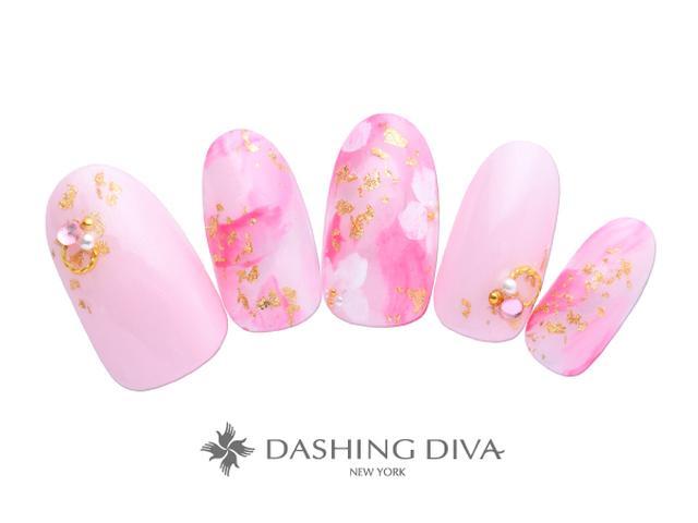 画像: 鮮やかピンクに金箔が輝く、ラグジュアリーな桜ネイル