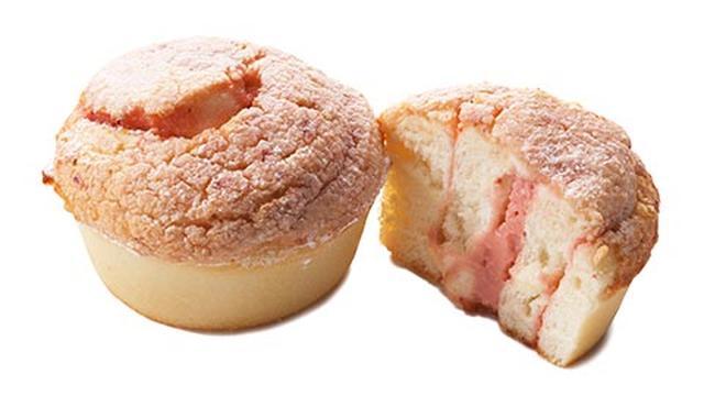画像: ストロベリースイートロール はちみつとメープルシロップ入りの甘くてやわらかい生地に、あまおうの果肉が入ったクリームとホワイトチョコレートを巻き込み焼き上げました。いちごとクリームの優しい味わいが、お子様にもおすすめです。 ¥320 / 1pc
