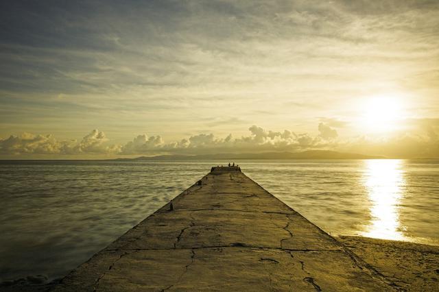 画像: 静かな海辺でベッドに寝ころび天の川観賞