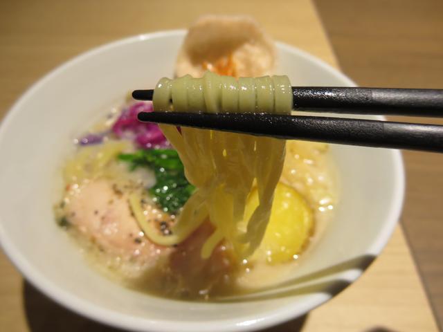 画像: 麺は、スープとの絡みがよくもちもちとした食感が特徴の「中太のちぢれ麺」を使用