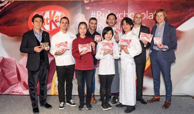 画像: 左から、高木シェフ、創作スイーツのプレゼンをした6人のシェフ、ネスレ日本のセドリック氏、バリーカレボー社のバス氏