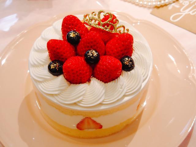 画像: 「マザーズティアラ(4.5号)」 価 格:¥3,000(税込¥3,240) 特 長: 苺をたっぷり飾り、お母さんへの感謝のしるしにティアラを飾った、母の日限定デコレーションケーキ。甘酸っぱい苺とまろやかクリームをふんわりスポンジでサンド。