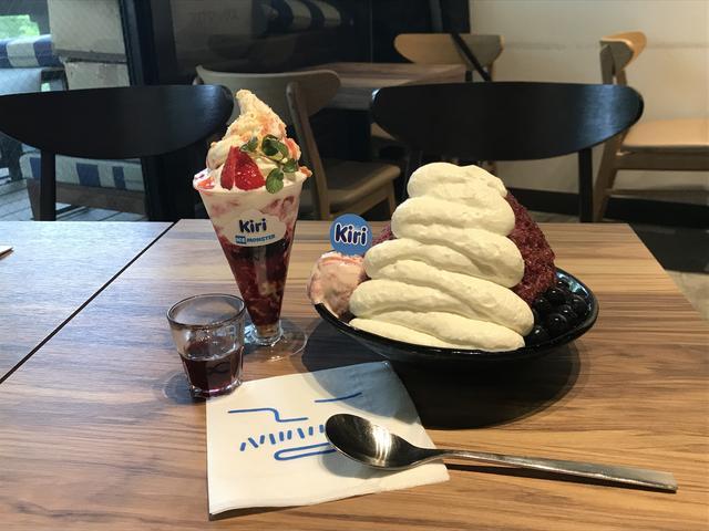 画像: 右「ブルーベリークリームチーズかき氷」¥1,330(税込)と左「ストロベリークリームチーズソフトクリーム」¥680(税込)