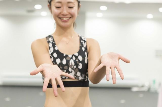 画像: ④手のひらを開いたり緩めたりを繰り返す。