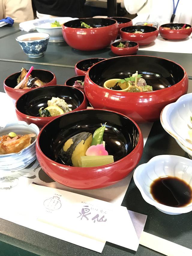 画像: 泉仙の精進鉄鉢料理は、鉄鉢を形どった器 に、四季折々の味覚を盛り込んだもので、禅のこころと京料理の伝統を現代に生かしています。