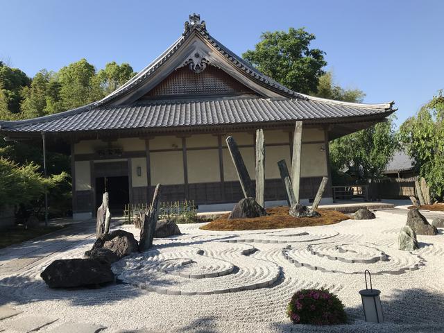 画像: 苔の名刹・圓光寺で行う早朝の苔庭作務と坐禅体験。