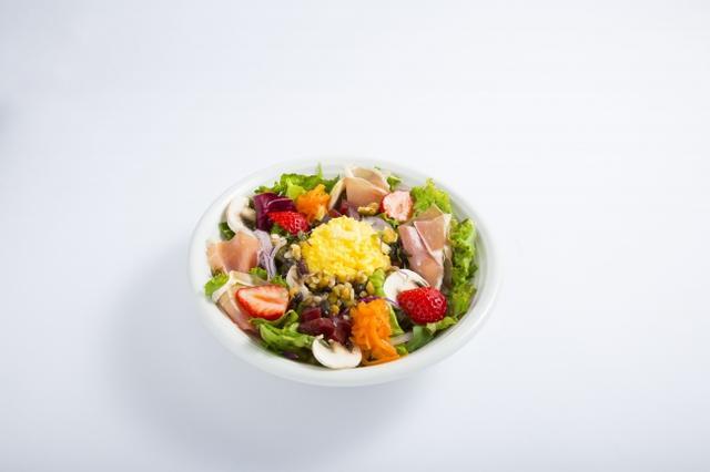 画像: 生ハムといちごとふわふわエッグのパワーサラダ 7種類の葉物野菜に、マッシュルーム、にんじんやビーツのサラダを合わせ、ふわふわのスクランブルエッグや生ハム、いちごを盛り付けました。