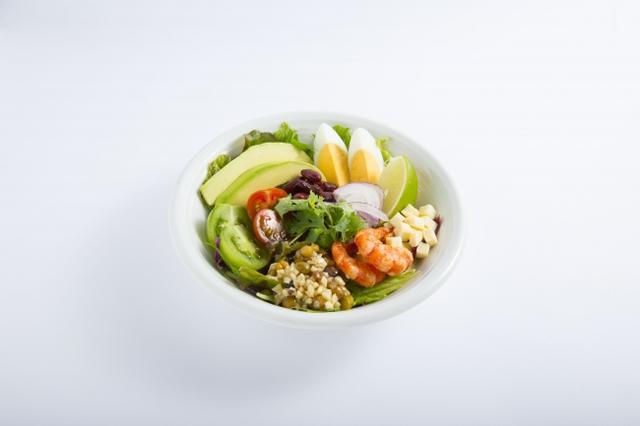 画像: えびとアボカドとゆで卵のコブサラダ 7種類の葉物野菜、アボカドや2色のトマトに、ゆで卵とえびを合わせました。黒酢たまねぎドレッシングで味付けしたキャベツライスも加え、食べ応えのある一皿に仕上げました。