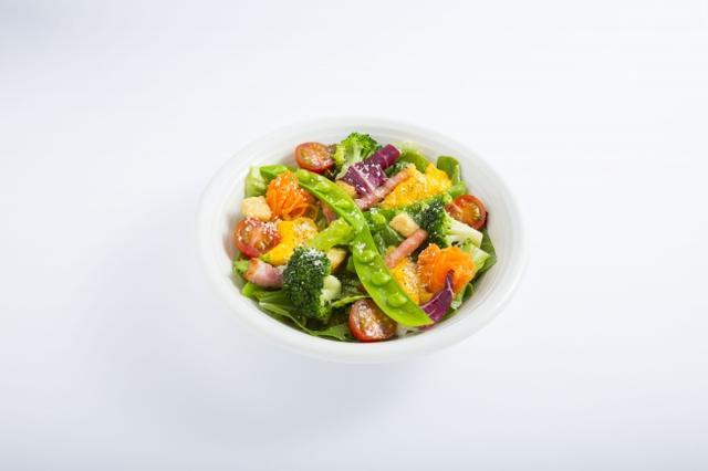 画像: 季節野菜ととろっとスクランブルのシーザーサラダ ロメインレタスやアスパラガス、スナップエンドウに、半熟状のスクランブルエッグやベーコンを合わせました。クルトンのカリッとした食感がアクセントです。