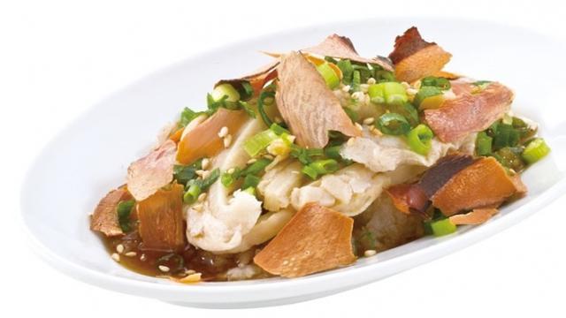 画像: バリホルぽん 590円 氷温熟成した厚切りのかつお節と旨みたっぷりのホルモンを焼肉屋のさっぱりポン酢と絡めて。バリバリ食感のかつお節とホルモンの食感が合わさった楽しい肉おつまみ。