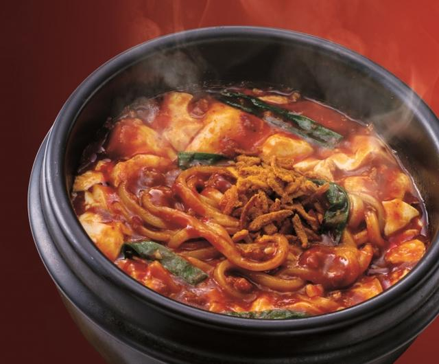画像: スパイシー麻婆麺 690円(ハーフサイズ) トロトロ麻婆豆富を纏った太麺にサクサクカレースパイスを後のせ。ごはんと一緒に食べても美味しい。